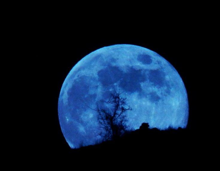 Qual è il vero colore della #Luna? La risposta definitiva viene dalle foto delle missioni spaziali e in particolare da quelle scattate dagli astronauti delle varie missioni Apollo, da cui si vede chiaramente che la Luna è per la maggior parte di colore grigio scuro, con piccole regioni di grigio più chiaro e qualche chiazza di colore marrone chiaro.