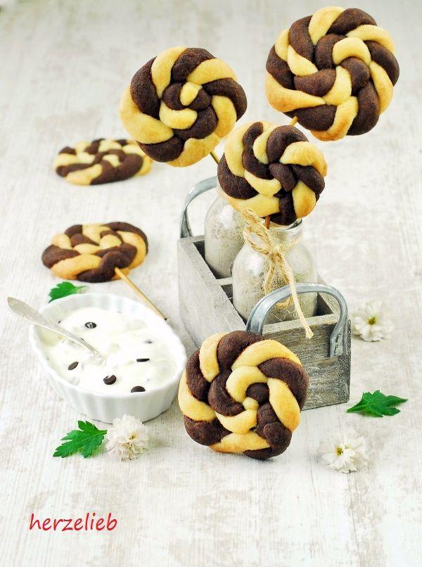 Recipe for Cookies Pops | Rezept für Keks-Lollies || find me on Facebook: https.//facebook.com/herzelieb | © herzelieb |    Tolles Rezept für Kekslollies. So macht Backen Spaß!  | Schwarz-Weiß-Gebäck - das Rezept für ein klassisches Weihnachtsplätzchen