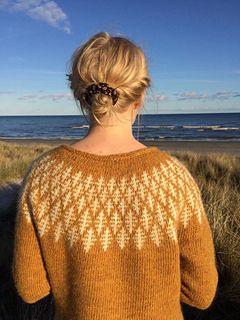 PRISME er en klassisk sweater i et smukt grafisk design, der med sine gentagelser skaber et stilrent og moderne Nordisk mønster. I PRISME har jeg, ved at gengive den geometriske form, skabt en illusion om den reflekterende prisme. Mønstret er designet til både mænd og kvinder.