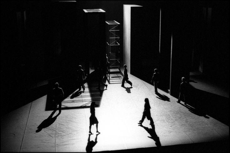 Les Arpenteurs Théâtre de la ville / Théâtre National de Bruxelles Scénographie et costumes Alain Lagarde Chorégraphie Michèle Noiret
