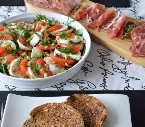 de Caprese Salade van tomaat/mozzarella is ook prima te serveren tijdens een borrel. Serveer er bijvoorbeeld ook nog een plankje met vleeswaren, pesto en toast bij. Voor het recept van de Caprese Salade: zie mijn website (link in bio)