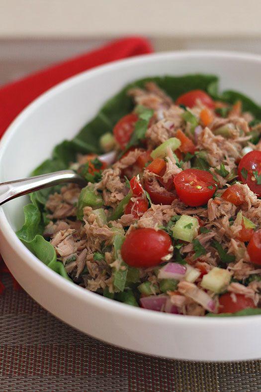 La Ensalada de Atún es una de las más rápidas y fáciles de preparar. Esta es la versión sin mayonesa así que es un poco más saludable. Perfecta para las personas que están están en el plan de hacer ejercicio y desean comer bien pero cortando un poco las calorías. Además es muy completa y con una porción se siente saciedad.