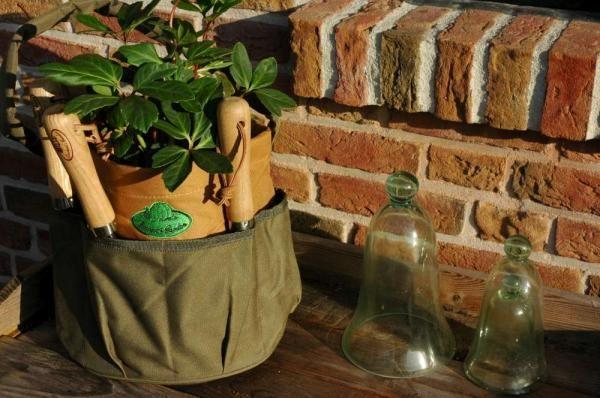 Kerti szerszámos táska, kör alakú, divatos zöld-barna színben, hímzéssel. A táskát szerszámok nélkül szállítjuk.