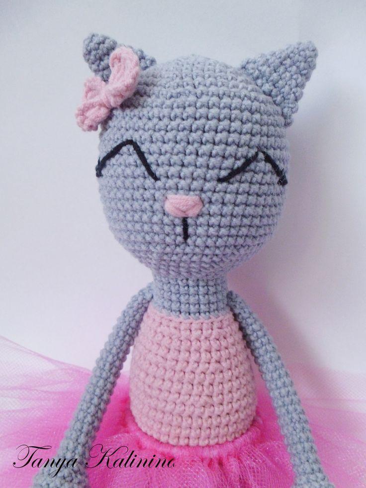 Нежная и по-девчачьи мечтательная кошечка балеринка.  Крошка просто обожает танцевать и парить где-то в своих розовых мечтах-фантазиях.  P.S. На кошечке яркая юбочка-пачка из фатина. Юбочка снимается. #knitting #вязаниекрючком #toys #amigurumi #kitty #вязанаяигрушка