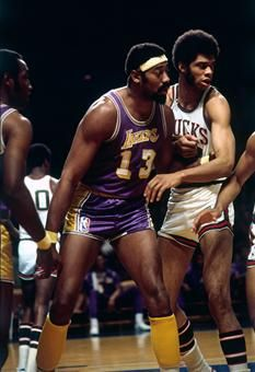 Chamberlain posts up against Milwaukee's Kareem Abdul Jabbar during a game in 1971