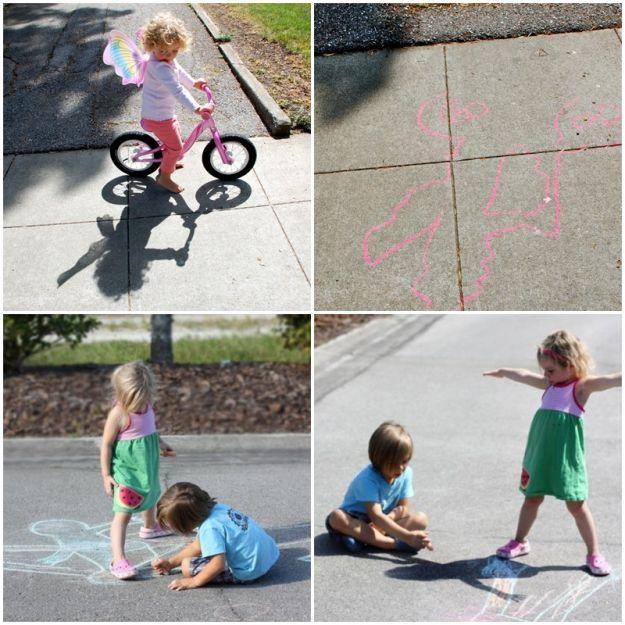 Pamiętacie tą zabawę z dzieciństwa? Jedno dziecko stoi, a drugie odrysowuje cień. Podzielcie się swoim doświadczeniem z dziećmi. Ta zabawa sprawdzi się także, gdy na podwórku nie ma dzieci. Odrysuj cień malucha, później możecie go wspólnie ozdobić lub pokolorować. Poza tym, z cieniem można się ścigać, obserwować jego wielkość pod różnym kątem padania promieni słonecznych. .