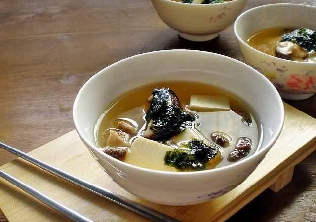 Il Miso è un condimento della tradizione orientale e macrobiotica, ottenuto, nella sua versione base, dalla fermentazione dei fagioli di soia gialla (con acqua e sale) ed in genere ha la consistenza di una pasta. Viene usato tipicamente come condimento di minestre e pietanze, ma anche come base di gustose salse da utilizzare con il tofu, insalate e verdure. Il sapore del miso è intenso e salato e unito a zuppe di vari tipi svolge praticamente la funzione del dado vegetale, con…