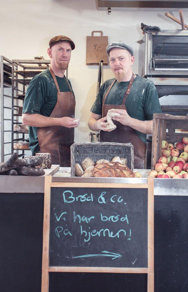 Brød & Co er bageri, brødmandsbutik og kaffehus i Vejle. Vi laver friskbagt brød i stenovn af lokale råvarer, sælger delikatesser og serverer god kaffe.