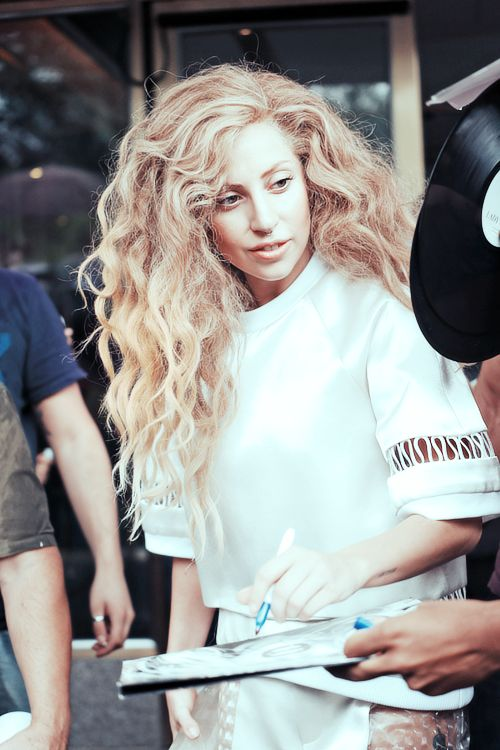 Lady Gaga-the more natural, the prettier.