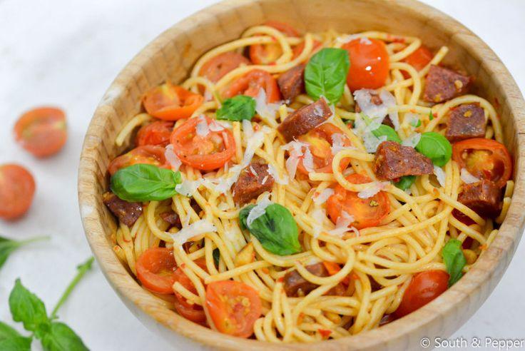 Some like it hot! Deze vurige pasta geeft je de nodige boost. Lekker na een lange werkdag en klaar in een mum van tijd! #pasta #recept #recipe #simpel #makkelijk #Italiaans #koken