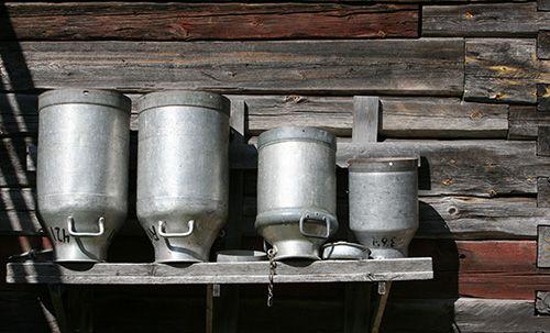 Seinän reunustan maitotankat muistuttavat menneistä ajoista. Oulu (Finland)