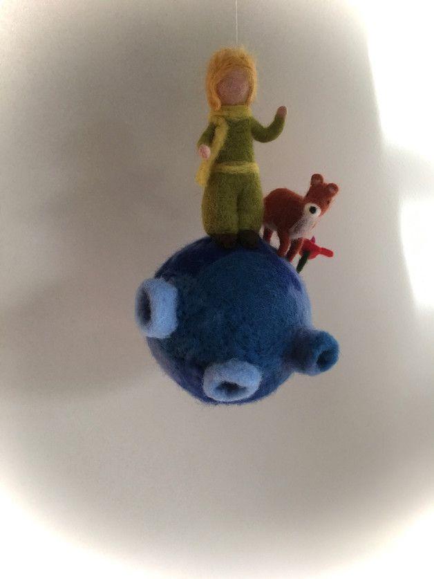 Mobile Der Kleine Prinz. Der kleine Prinz und Fuchs auf seinem Planet. Planet hat ein umfang von ca.40cm. Planet,Prinz und Fuchs sind nass-gefilzt. **Herstellungsart** ...