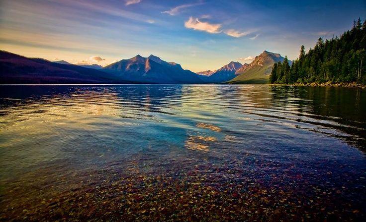 El colorido Lago McDonald, situado en el Parque Nacional de los Glaciares, Montana, Estados Unidos.