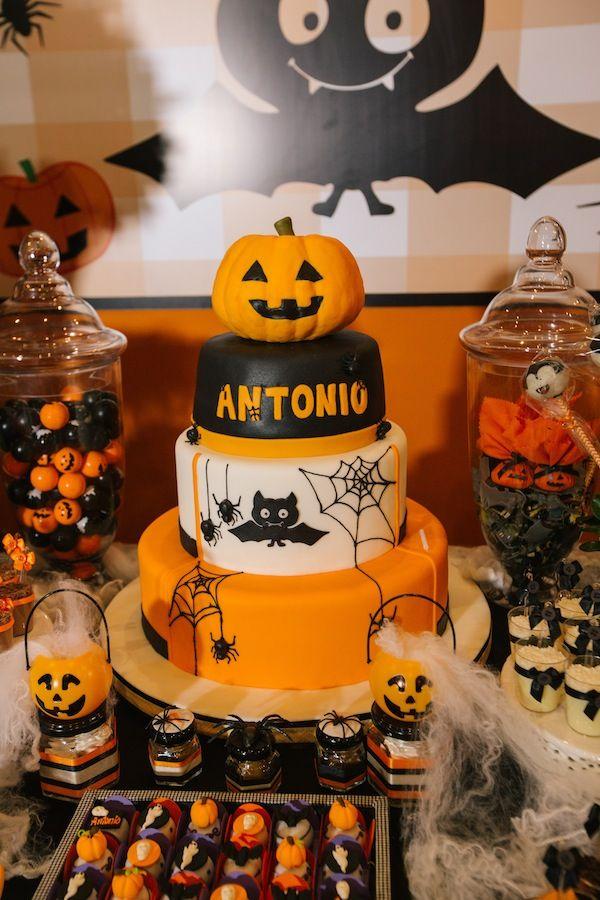 Festa de aniversário com tema Halloween. Bolo de pasta americana com abóbora, aranhas e morcegos. Foto: Alessandra Pinho