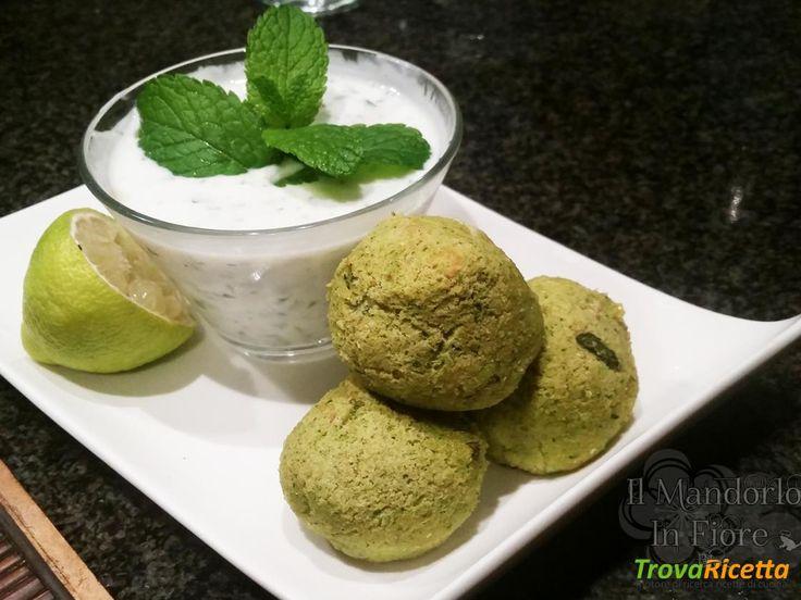 Polpette di zucchine con salsa allo yogurt e menta  #ricette #food #recipes