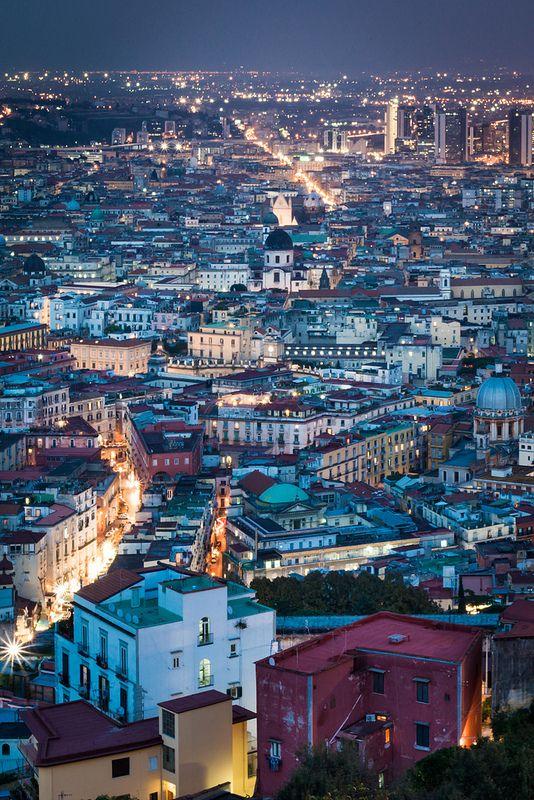 #Neapel bei Nacht. Die Stadt in der süditalienischen Region #Kampanien ist die drittgrößte Stadt in #Italien.
