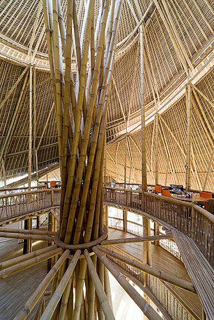 Greenschool-   Escola Verde em Bali, Indonésia. Toda ecológica e feita de bambu, ensina aos seus alunos uma educação natural e holística focando na vida, e na interação do homem com meio ambiente.