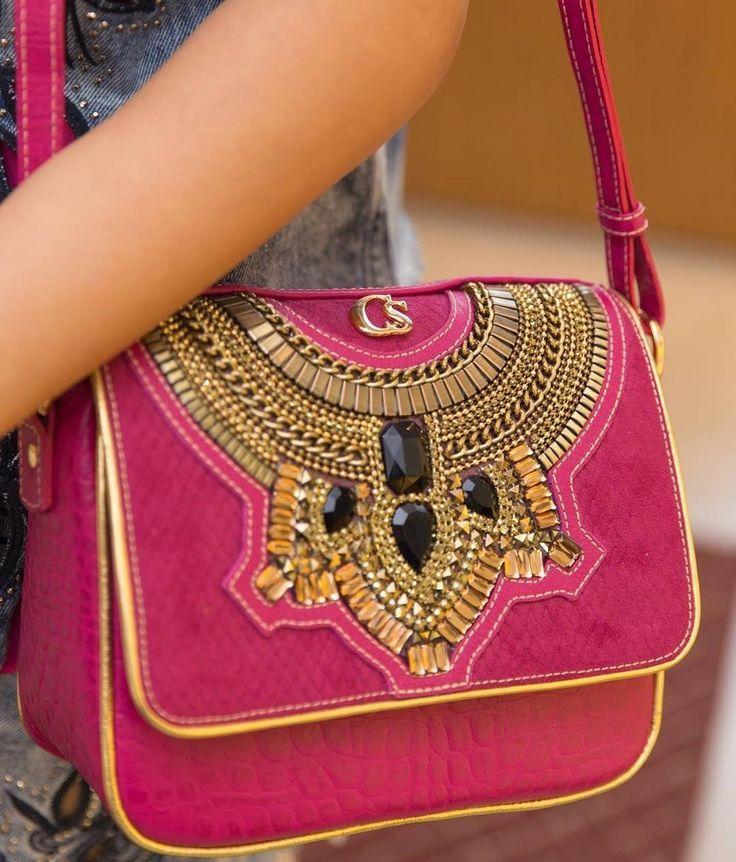 Bolsa PINK Carmen Steffens  com bordados riquíssimos em pedrarias, metais e correntes. Couro com textura de réptil.