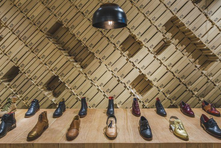 En esta tienda se ocupo el logo de la marca que es xx como estructura para sostener las cajas, de manera de poder llevar la bodega a la vitrina y así dar mayor utilidad al espacio en una tienda de zapatos.