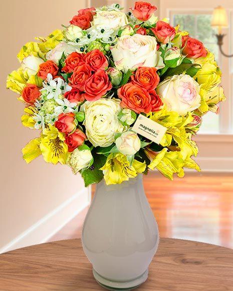 Buchet de vară cu trandafiri și crini peruvieni.  Summer bouquet with roses and Peruvian lilies.