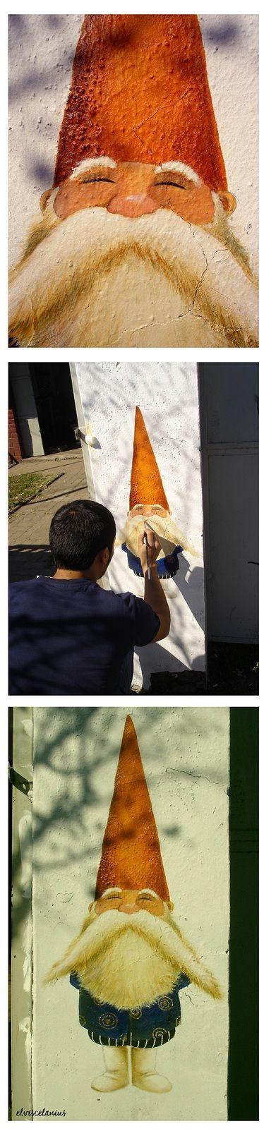 Gnomo al estilo del holandés Rien poortvliet, pintado en el año 2010 en un pilar, casi en la esquina de las calles Walker Martinez con García Hurtado de Mendoza, en la comuna de La Florida. Hoy, creo que existe un almacén allí.
