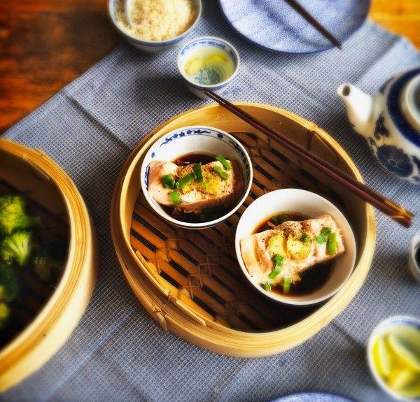 Gestoomde zalm met sojasaus, sesam & gember is zo'n gerecht dat alles heeft. Voedingsstoffen blijven behouden, de vis is heel smaakvol, zacht en sappig.
