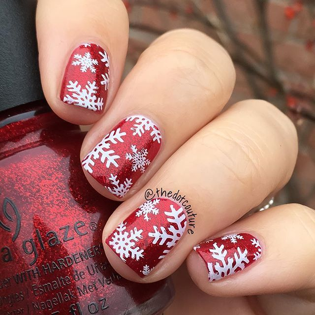 Christmas Nail Art!  @chinaglazeofficial Ruby Pumps stamped with @konad_art white Special Stamping Polish using @moyou_london Festive Plate 06.