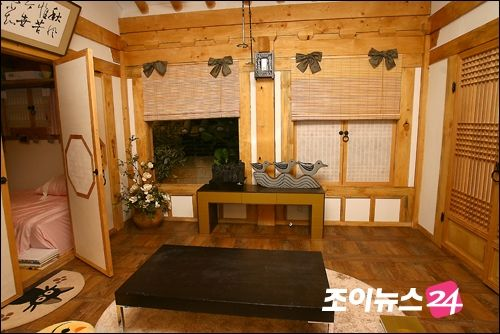 Sanggojae: living room area, love the wood and the doors!