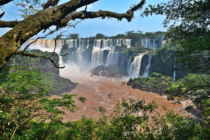 Foz do Iguaçu fica no estado do Paraná e faz divisa com Ciudad Del Este (Paraguai) e Porto Iguazú (Argentina), nossa mais famosa Tríplice Fronteira. A cidade é conhecida principalmente por causa das Cataratas do Iguaçu, eleita uma das Sete Maravilhas da Natureza, que correspondem a um conjunto de mais de 275 cascatas que são rodeadas pelos parques nacionais do Brasil e da Argentina. Além disso, em Foz do Iguaçu é possível visitar a Hidrelétrica Itaipu Binacional (Brasil e Paraguai), a maior…