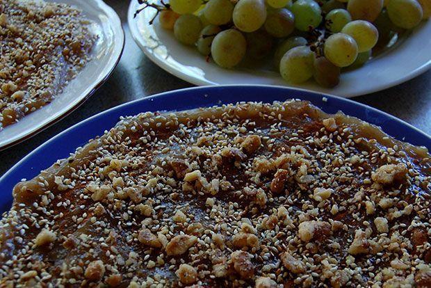 Η συνταγή για το γλυκό είναι από τις πιο εύκολες. Το δύσκολο είναι να έχεις τους ανθρώπους που μεγάλωσαν τ' αμπέλια και σ' έμαθαν να τ ' αγαπάς... Δεν νομίζω ότι έχει πλάκα να φτιάξει κανείς ολομόναχος μουσταλευριά και να την φάει, η μισή χαρά είναι η παρέα. Και τα μισά υλικά επίσης.