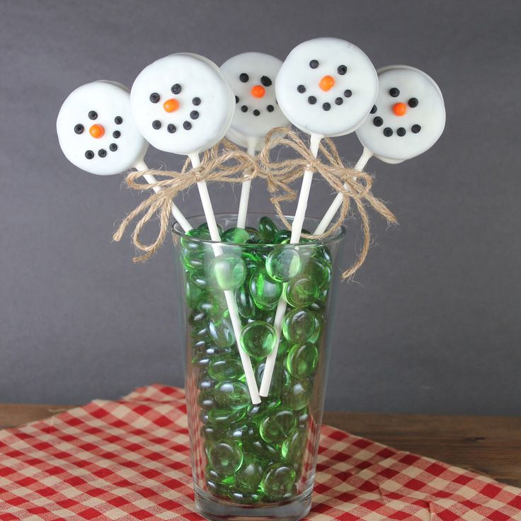 These Christmas treats look adorable at your holiday parties, and no baking is involved!  The snowman is made out of an Oreo made entirely white with vanilla candy coating.  Plus, kids will love he...