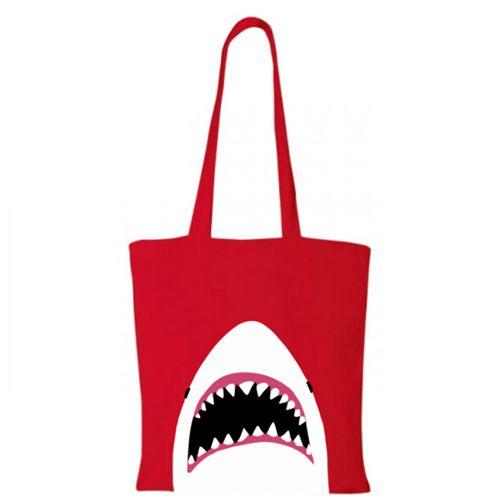 Sacosa Rechinul Marele Alb    Sacosa de cumparaturi din bumbac 100%, cu un cap de rechin, cu gura cascata, gata sa insface pe cineva.   Dimensiune: 38 x 42 cm