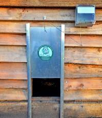 Met dit automatisch kippendeurtje kan de vos jouw kippen niet meer vangen.