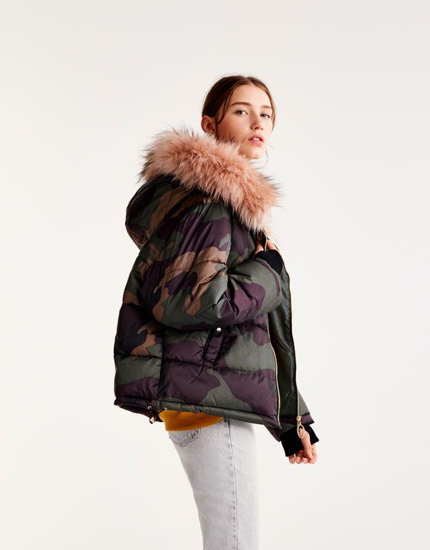 Kamouflagemönstrad jacka med borttagbar pälshuva - Jackor - Kappor och sportjackor - kläder - Dam - PULL&BEAR Sverige