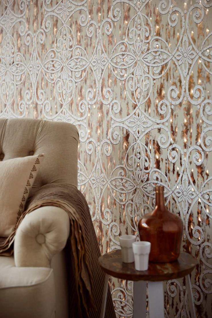 papier peint à motifs d'arabesques et de fleurs blanches sur une toile de fond aux reflets métalliques dorés