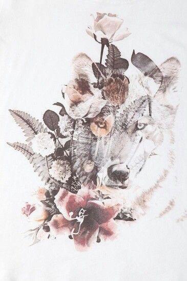 Schönes Tattoo – Wolf und Blumen Mehr
