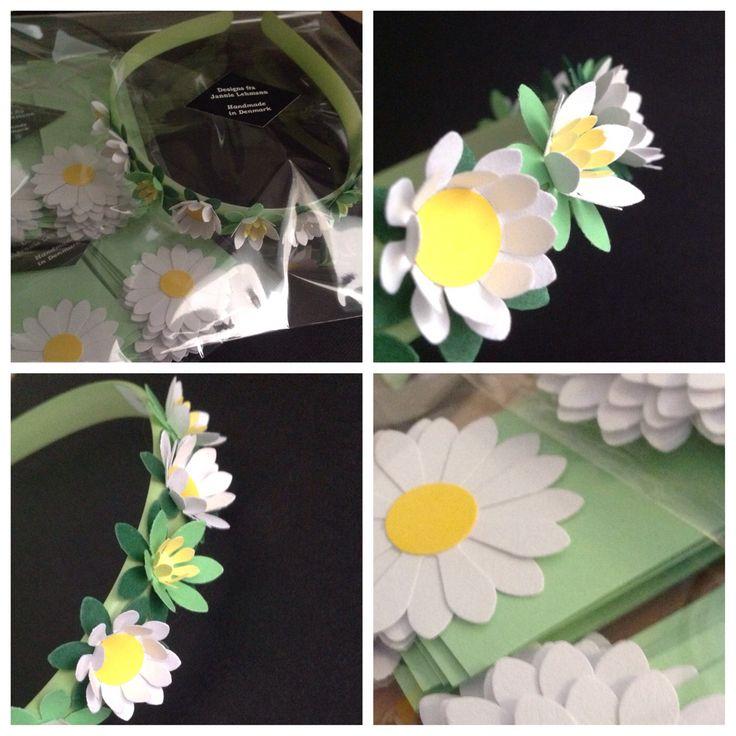 Kundeopgave til en sommerfest. Sart grønne bordkort med hvide margueritter og hårbøjle med forårsblomster og hvide margueritter. www.jannielehmann.dk
