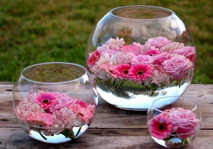 runde Glasvase mit Blumen - Tischdeko