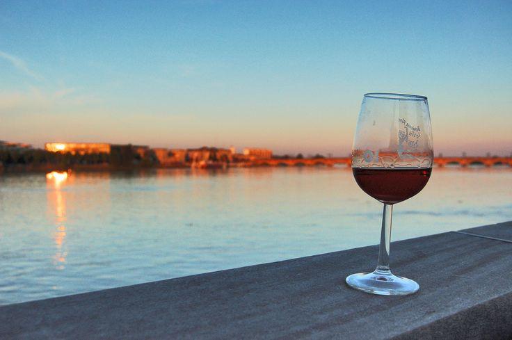 https://flic.kr/p/8BgVAA | fête du vin Bordeaux 2010 | fête du vin Bordeaux 2010, verre de vin sur fond de couché de soleil sur la Garonne