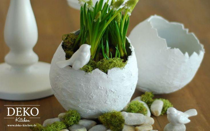 Als kleinen Oster-Vorboten habe ich diese großen Deko-Ostereier-Vasen aus Gipsbinden gebastelt. Kombiniert mit Kerzen und Steinen wirkt diese Dekoration sehr schön auf dem Esstisch oder einer Anrichte. Die Eier können beliebig als Vase für frische Blumen oder als Gefäß für Pflanzen und Dekoelemente verwendet werden. Um diese Dekoobjekte zu basteln benötigt Ihr: – Gipsbinden (bekommt …