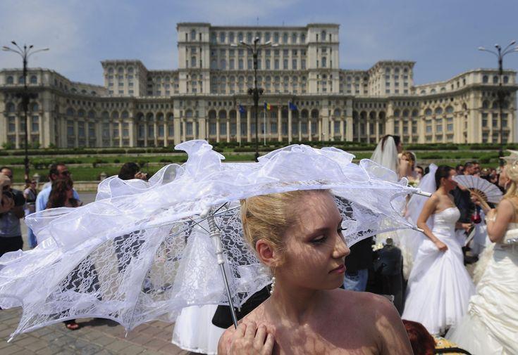 Femei purtând rochii de mireasă pozează în faţa Palatului Parlamentului din Bucureşti, în timpul evenimentului Bride Parade, duminică, 17 mai 2009. (  Daniel Mihăilescu / AFP  ) - See more at: http://zoom.mediafax.ro/travel/palatul-parlamentului-12828303#sthash.Usjh8v5j.dpuf
