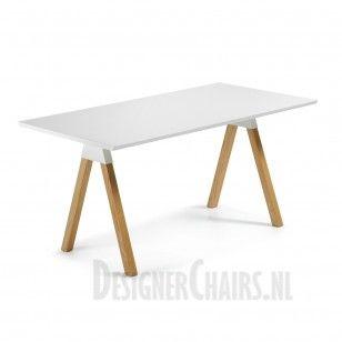 LAFORMA-KAVE STICK Het tafelblad is van hout en in de kleur wit. Het naturel houten onderstel geeft de tafel een Scandinavische look.