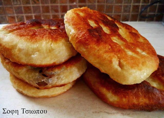 Τηγανοψωμάκια με τυρί η με ελιές με 4 υλικά!!!φανταστική συνταγή για ένα λαχταριστό πρωινό,ή για το βράδυ όταν θέλουμε να φάμε κάτι στα γρήγορα!!!! ΥΛΙΚΑ 2 1/2 κούπες περίπου χλιαρό νερό 1 φακελάκι μαγιά ξηρή 1 1/2 κουτ.γλ. αλάτι ψιλό 1 κουτ.γλ. ζάχαρη 1 κιλό αλεύρι για όλες τις χρήσεις ΕΚΤΕΛΕΣΗ Ζυμωνω όλα τα υλικά μαζί,βάζω τη ζύμη σε λαδωμένο μπολ,τη λαδώνω καλά κι …