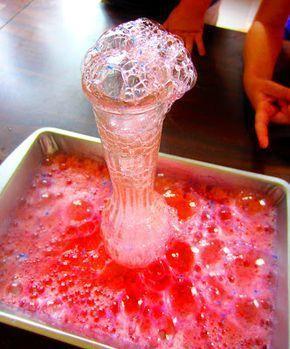 Bicarbonato de sodio + vinagre + brillo = una exexperimentosplosión de brillo. | 24 Experimentos científicos que tus hijos adorarán