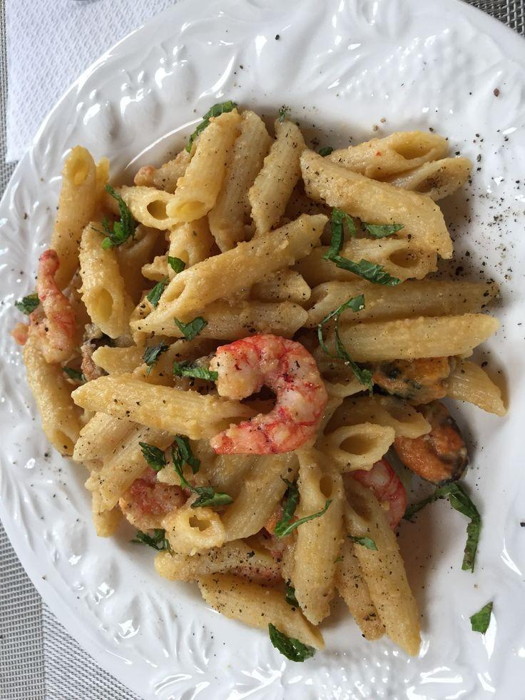 Penne in crema di ceci con gamberetti di Mazara, cozze e menta. Penne with chickpeas cream Mazara shrimps, mussels and fresh mint.