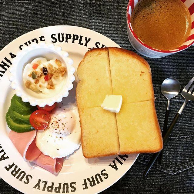2016/12/21 10:37:30 alohamama.handmade ◡̈ おはようございます😊 ついに今日から冬休み〜💦 朝からにぎやか😅ありがたいことです💨 午前中は予定がなかったのでのんびり朝ごはん🍞 昨日届いたバルミューダ様✨ もう最高❤全然違う!美味しかった〜😋 とりあえず今日はバターで! 明日はチーズトーストにしよう❤ 朝から食べ過ぎた〜💨 #バルミューダ#balmuda #トースト #朝食 #今日の朝食 #朝食プレート #スタバ #スタバマグ #スタバマグカップ #ベイフロー#bayflow #クチポール #クチポールゴア #ヨーグルト#グラノーラ #アボカド #家電 #キッチン家電  #家電芸人  #今度は安いパンで試そう #それで美味しければ最高 #子どもたちはピザトースト