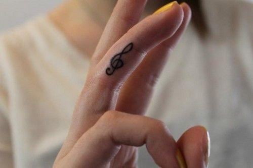 Simple et discret : le tatouage d'une note de musique sur le doigt dans Top 21 des idées de tatouage de notes de musique à se faire