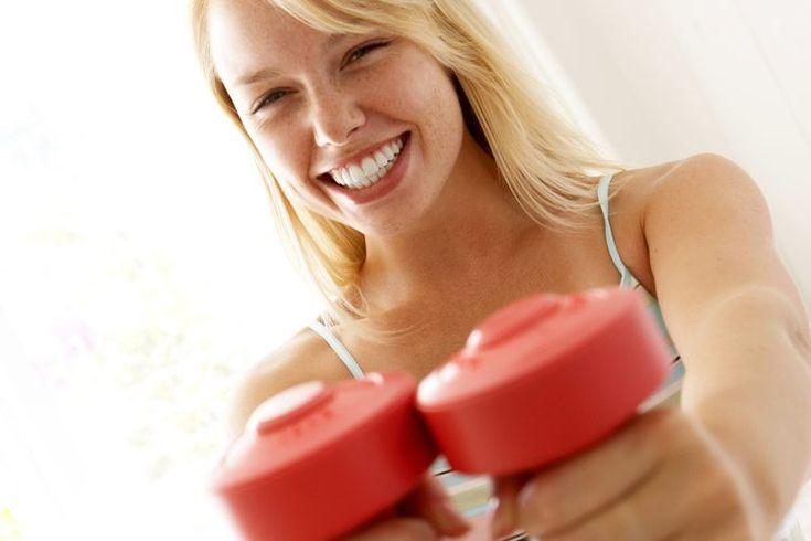 Cómo levantar pesas en casa para mujeres. Levantar pesas es una manera muy efectiva de lograr una buena definición de los músculos, de perder peso, volverse más fuerte y mejorar la resistencia. Sin embargo, para muchas mujeres ir al gimnasio a levantar pesas no es una opción para nada, ya sea ...