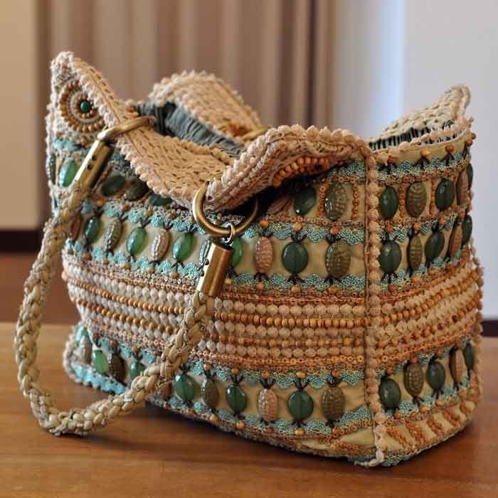 bellissima borsa all'uncinetto arricchita con pietre dal colore bellissimo