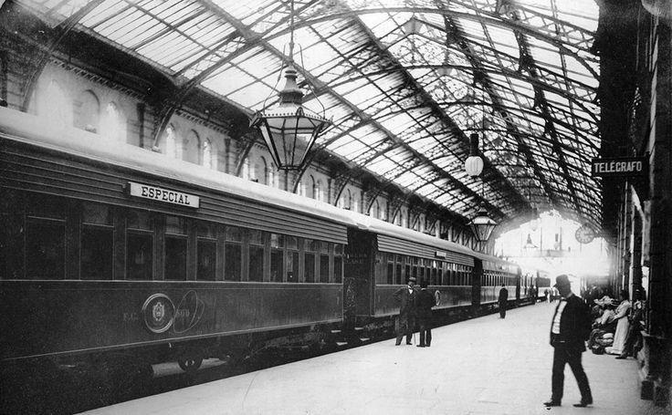 1900 Bs. As., El entonces Senador Carlos Pellegrini a punto de abordar el tren en la estación Constitución